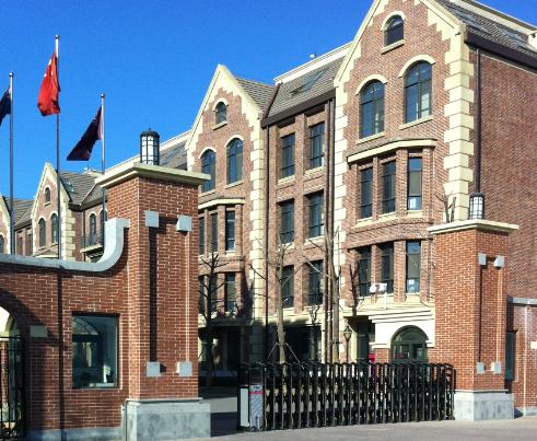 学校很醒目,红色的砖墙,欧式的建筑非常高大上.