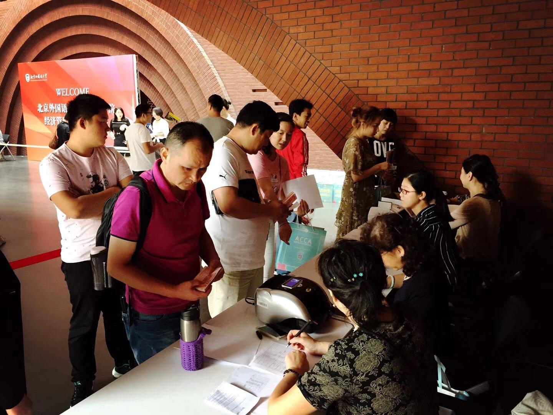北京外国语大学出国留学新生报到现场人数涌动