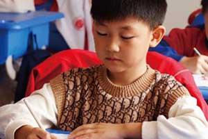 北京东方红学校有多少人?